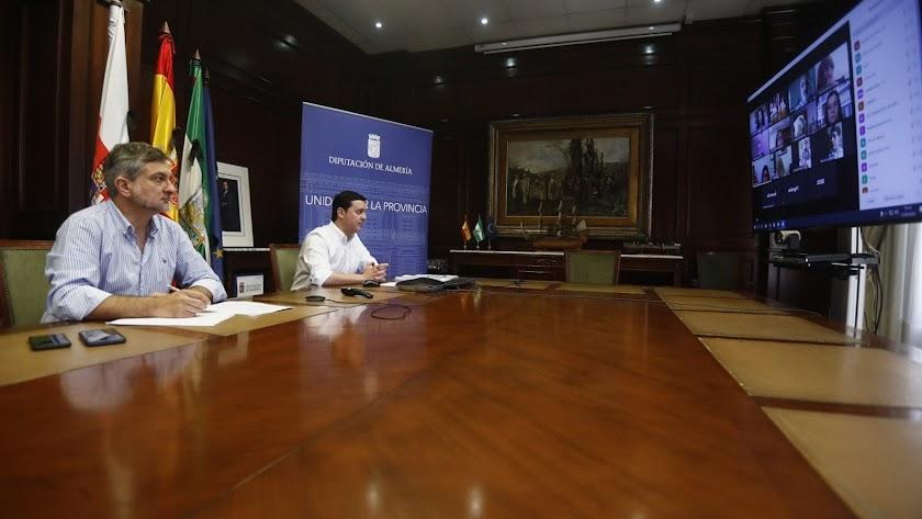 Presidente (al fondo) y vicepresidente durante la reunión con representantes sindicales.