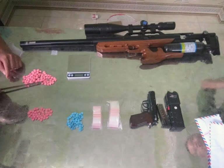 Vũ khí và ma túy thu được tại hiện trường