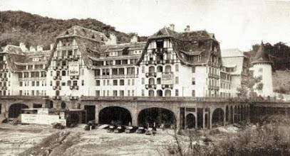 Photo: Etapa final da construção do Palácio Quitandinha. Foto de 1944. Coleção do Museu Imperial
