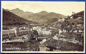 Photo: Cascatinha. À esquerda, vê-se a Companhia Petropolitana e, à direita, a vila operária. Foto da década de 30