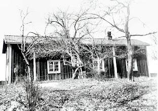 """Photo: Gösaboda. Gården var mycket gammal troligen byggd någon gång mellan 16-1700 talet. Gösaboda var Vasselhyttebyns mittpunkt förr i tiden. Namnet """"Gös""""aboda kommer troligen från en annan benämning av tackjärn, gös, tackjärnsstycke,  inkommet med vallonerna, från franska """"gueuse"""";  enl. somliga i sin tur från tyska """"guss"""", smält järnklump, egentl.:  gjutning."""