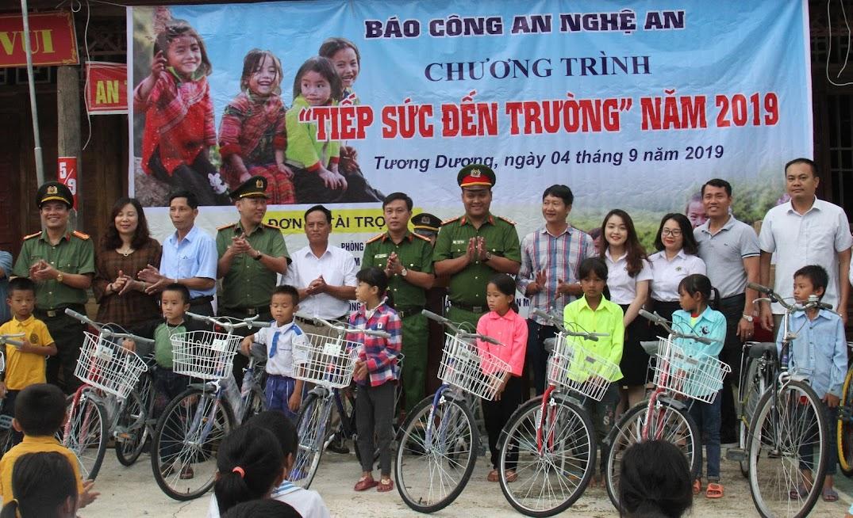 Trao xe đạp cho 10 học sinh nghèo vượt khó
