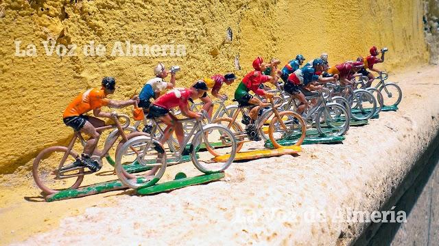 Los ciclistas de plástico representaban distintas posturas encima de la bicicleta.