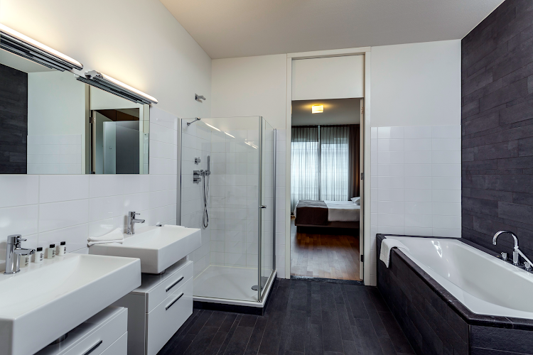 Fully furnished bathroom at New Amsterdam