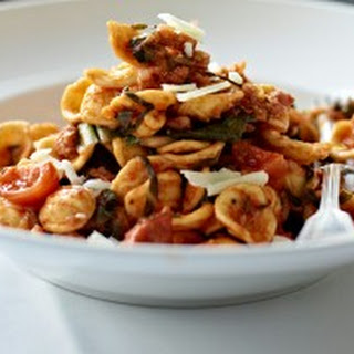 Orecchiette pugliesi mit Salsiccia und Mangold.