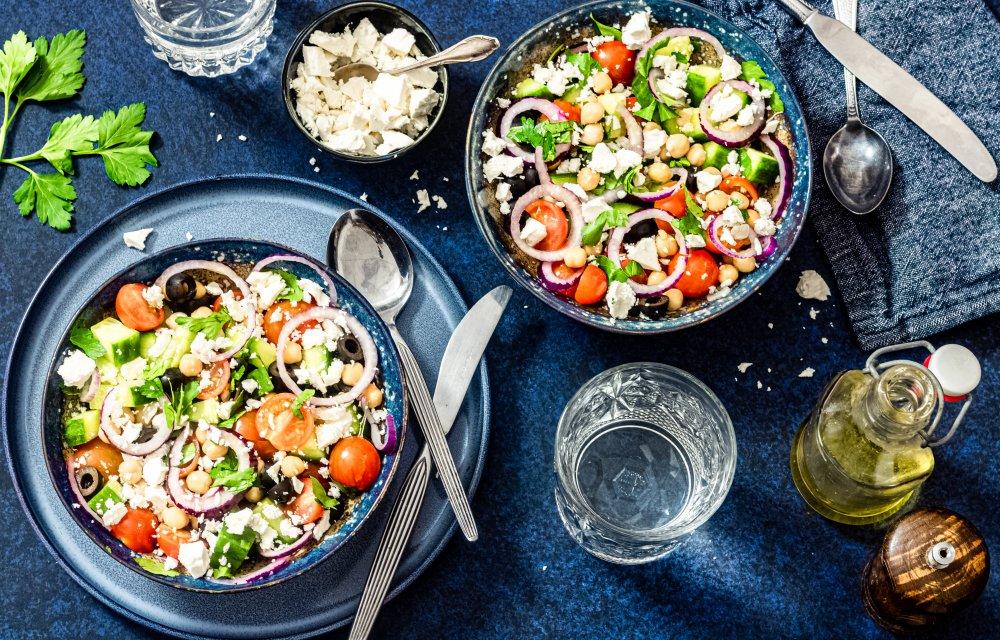 Deze Griekse Kikkererwtensalade is perfect als snelle en gezonde lunch.