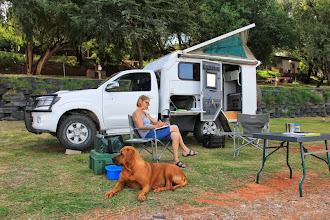 Photo: De hond Boubou waakt over het kamp terwijl Ida haar dagboek schrijft.