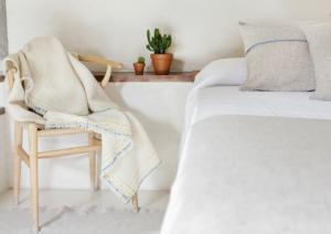 Ook in de winter volstaat het voor velen om te slapen onder een laken en lichte, wollen bedsprei. Wol werkt isolerend en houdt de warmte eronder vast.