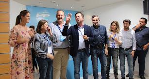 Francisco Góngora celebrando la victoria del PP junto a su equipo.