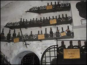 """Photo: Des présentoires de vieilles bouteilles à la Tour d'Argent à Paris.  L'établissement réputé pour la richesse de sa cave dispose de pancartes """"Chartreuse Verte 1885"""" !  Les bouteilles ne doivent pas être loin..."""