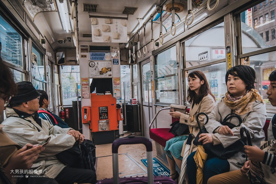在寒冷的下雨天電車內有暖氣是一件很舒服的事情。