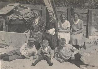 Photo: rechts Neeltje bij familie de Jong waar ze 10 jaar werkte.