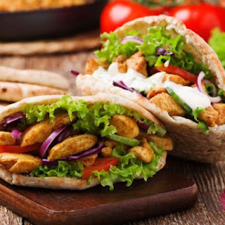 Pita salad with roasted chicken | iStock.com/gkrphoto