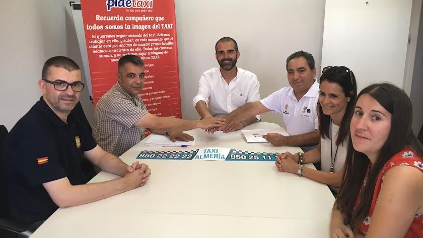 Momento de la firma de la unificación entre Radio Taxi y Tele Taxi.
