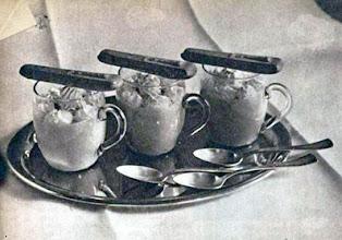 Photo: A krémek feladásának különféle módja: vaníliakrém pohárban,- piskótával. - Krem z biszkoptami.