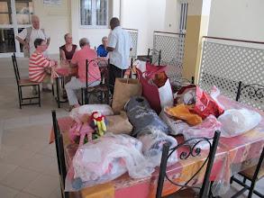 Photo: Sn3S0006-Dakar Pouponnière, préau, activités diverses (ici dons du groupe, vêtements) IMG_0204
