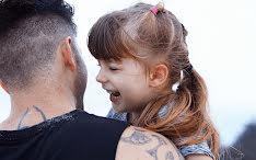 Een vader gebruikt YouTube om een oogprothese voor zijn dochter te maken