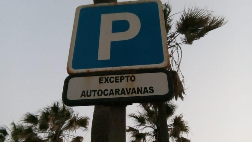 Señal en una zona de parking de Almería que excluye las autocaravanas.