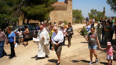 Photo: I tot seguit es va anar cap a l'ermita de Montserrat a fer les ofrenes de flors.