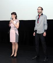 Photo: Martina Fialková a Tomáš Kubák, autoři dokumentu, zahajují premiéru přivítáním hostů a krátkým slovem o smyslu projektu České kořeny.