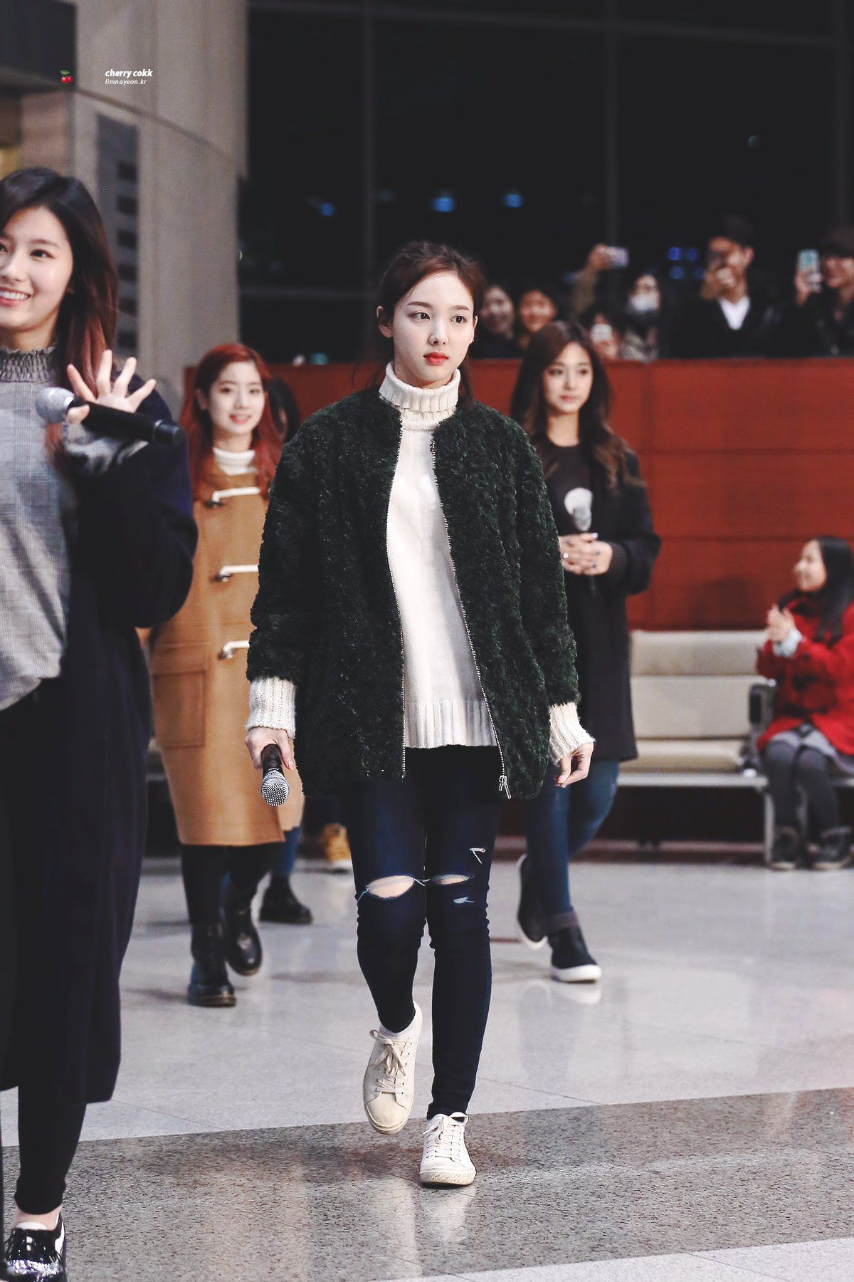 nayeon airport fashion2