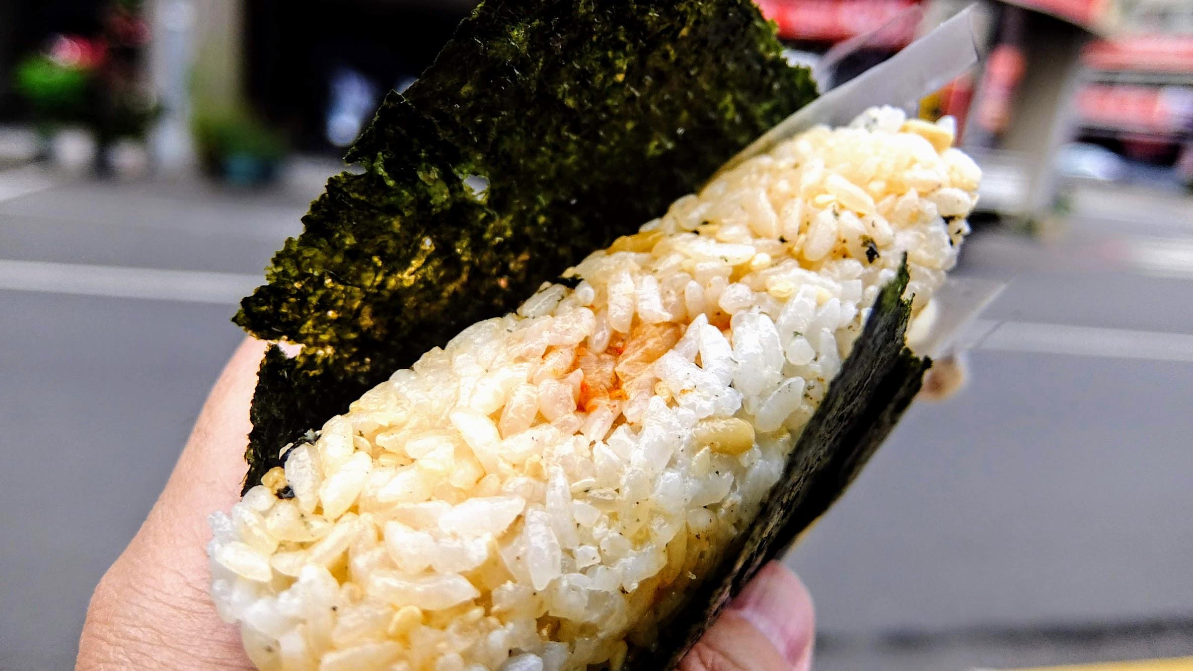 三角飯糰內包著餡料,其中飯不是純白米飯喔...