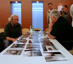 Photo: Tullio FRAGIACOMO legge il portfolio di Francesco COMELLO (a sx)