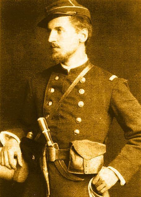 soldato che indossa in vita sul lato sinistro della cintura un esemplare di cuervo cileno