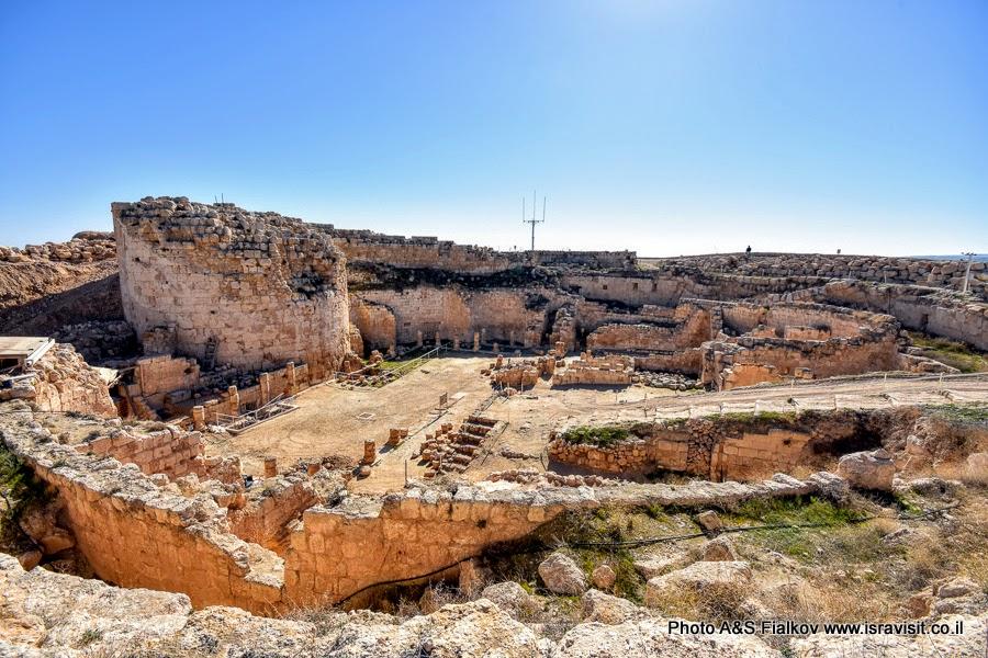 Руины крепости Ирода Великого в национальном парке Иродион.  Экскурсия в Израиле.