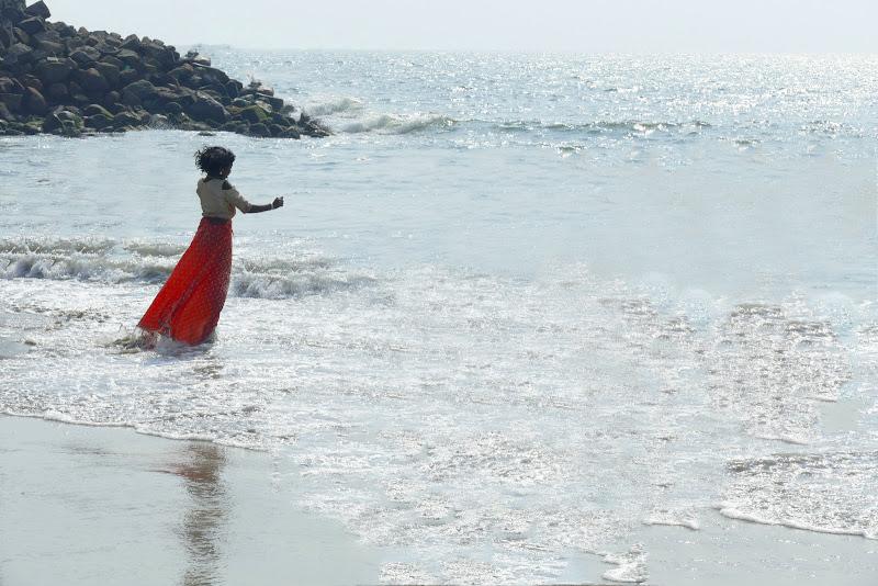 Bambina sull'acqua di stelli