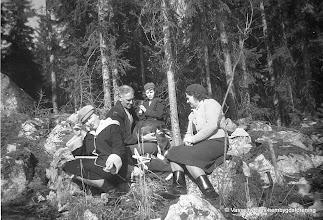 Photo: Björkliden. Familjen Persson på skogsutflykt. fr v, Vivianne , Sten, Eina och Anna, foto från omkring 1955