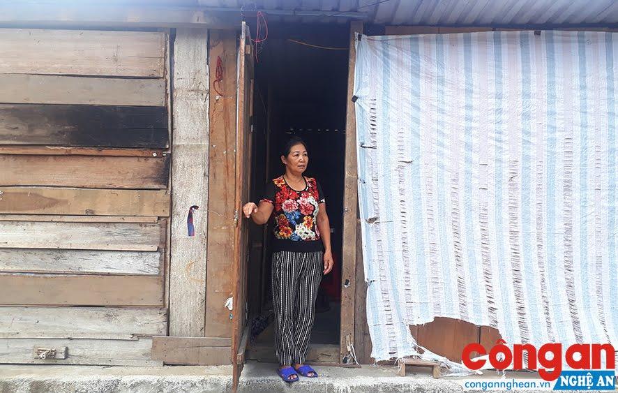 Bà Vinh bên cạnh ngôi nhà tạm suốt gần một năm qua