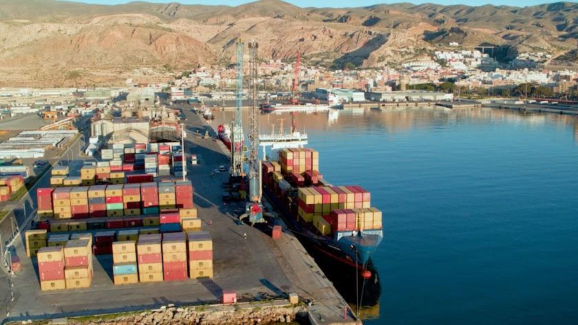 Muelle de contenedores en el Puerto de Almería.