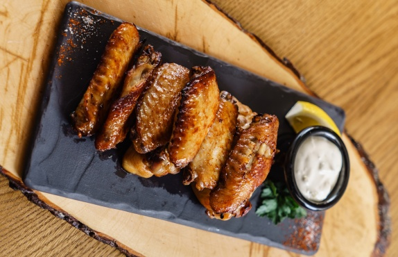 Пикантные крылья с соусом в ресторане Свои
