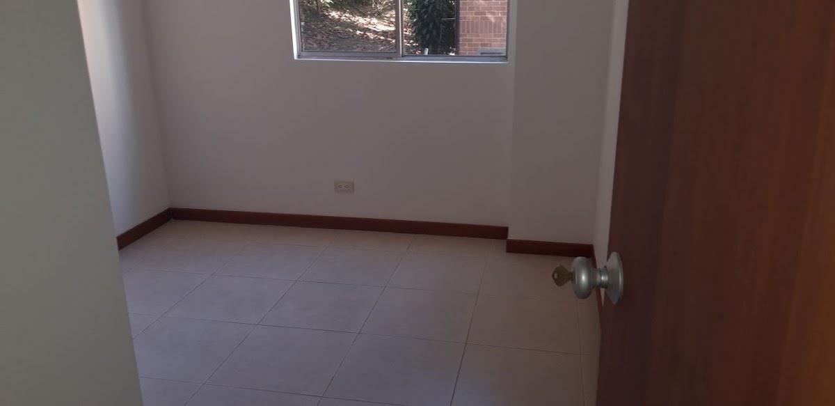 apartamento en arriendo loma del barro 691-7819