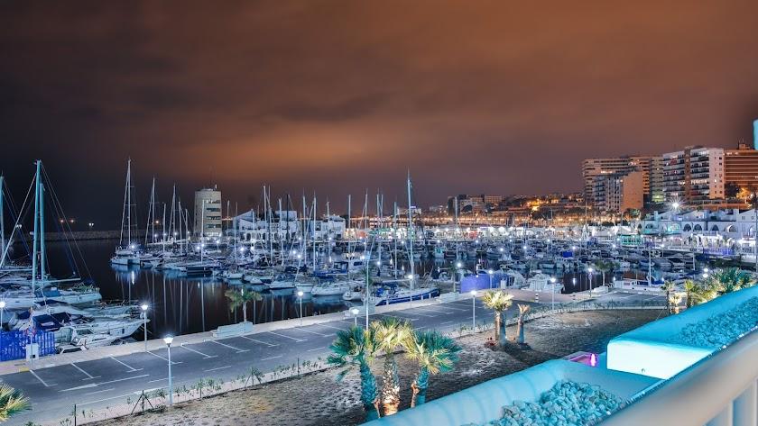 El Restaurante Moon goza de unas vistas privilegiadas al Puerto de Aguadulce.