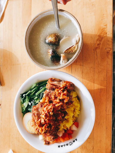 每次必點 👉🏻雲拌椒麻雞腿飯。95💰 👉🏻雞湯煮蛤蜊。60💰 來一匙店家的辣椒🌶️拌飯 再請自備一杯涼涼涼的白水或是飲料 吃完冒汗噴火👍🏻👍🏻