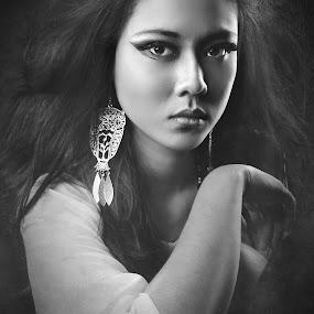 the Lady II by Zackde Lubis - Black & White Portraits & People ( zackdephotography, bwphoto, low key, beauty, portrait )