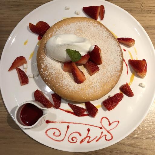 おしゃれで美味しい。苺のパンケーキの中はクリームとお餅が入っています。