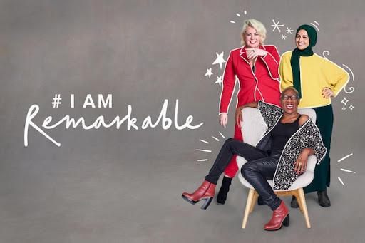 Trzy kobiety o róznym pochodzeniu stojące i siedzące obok logo #Iamemarkable