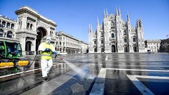 Labores de limpieza en la Plaza del Duomo de Milán.
