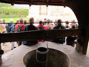 Photo: Rou1P42-151005groupe écoutant Soeur Tatania près du puits, entrée monastère Moldovita IMG_9246