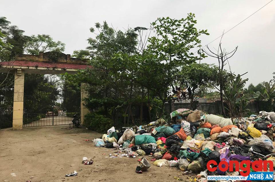 Rác thải chất đống gây ô nhiễm trước cổng nghĩa trang thị trấn