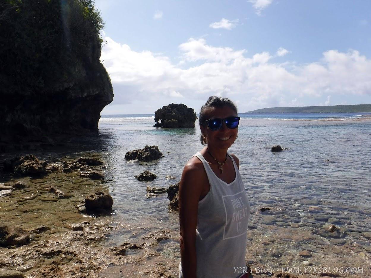 """A passeggio sull'unica """"spiaggia"""" di Nie. Da notare la quantità di corallo."""
