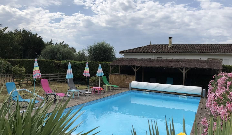 House with pool Saint-Dizant-du-Gua