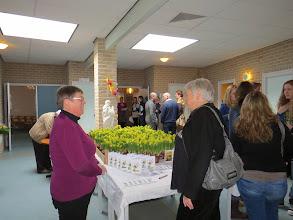 Photo: Paasgroeten voor gezinnen in het AZC. Een potje narcissen met een paaskaart.
