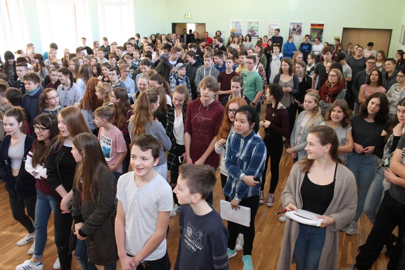 Die Aula der Gauß-Gymnasiums platze aus allen Nähten, spontan tanzten viele Schüler zu Punk'n'Roll der Band