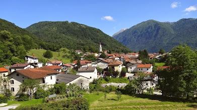 Photo: Das Dorf VOLCE. Im südlichen Abschnitt herrscht im Gegensatz zum alpineren Oberlauf ein deutlich mediterraneres Ambiente.