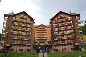 Photo: Vue sur la façade extérieure de la résidence Castor & Pollux, à Risoul, dans les Alpes du Sud