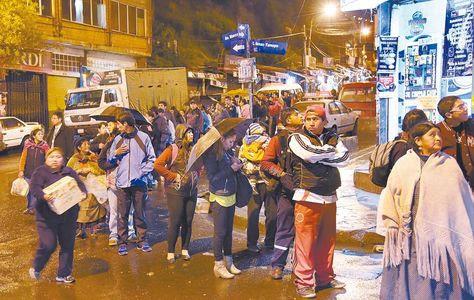 La Paz: Por las noches, usuarios esperan más de una hora por un minibús